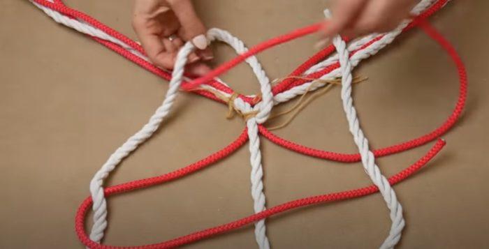 Красные веревки протягиваются в петли