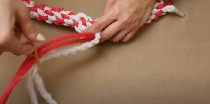 Плетите такой же канатик из следующей пряди веревок