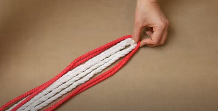 Сложите веревки ровно пополам